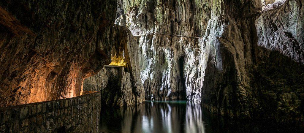 Objevujte švýcarské jeskyně